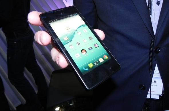 MWC 2014: YotaPhone 1 și YotaPhone 2 hands on - cu mâna pe telefoane dual display ale rușilor (Video): dscn5018jpg.jpg
