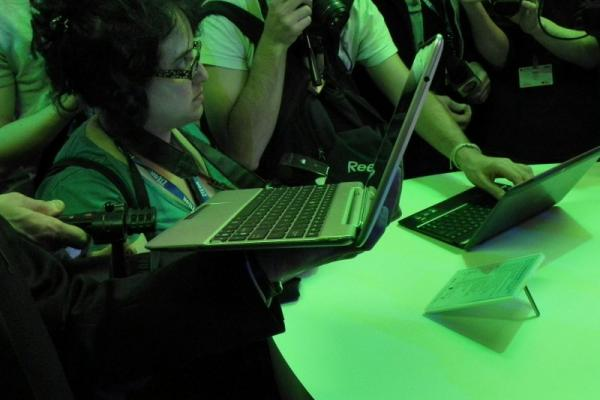 MWC 2012: ASUS Transformer Pad 300 preview - tableta quad core pentru tineri (Video)