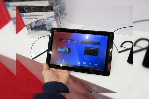 MWC 2013: Fujitsu Arrows Tab hands on - o tabletă cu o über baterie și difuzoare uriașe (Video)