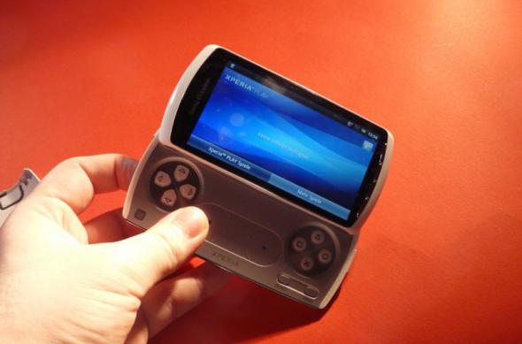 Unboxing Xperia Play - am scos telefonul din cutie și gamerul din noi (Video): sony_ericsson_xperia_play_unboxing_03jpg.jpg
