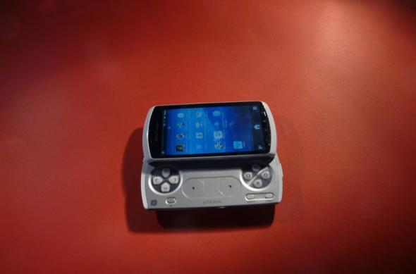 Unboxing Xperia Play - am scos telefonul din cutie și gamerul din noi (Video): sony_ericsson_xperia_play_unboxing_01jpg.jpg