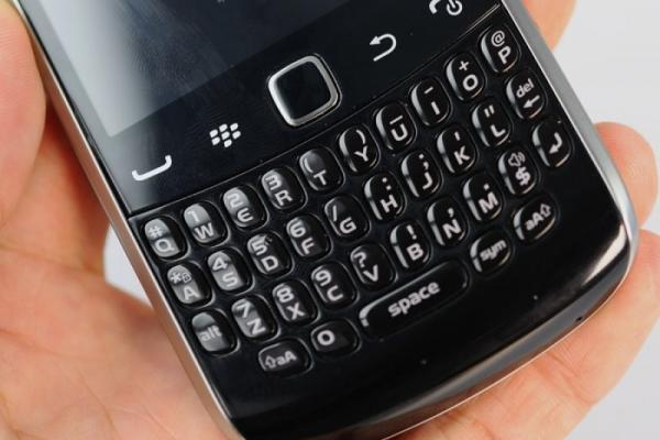 BlackBerry Curve 9370 (Apollo) Într-o ședință foto detaliată (Video)