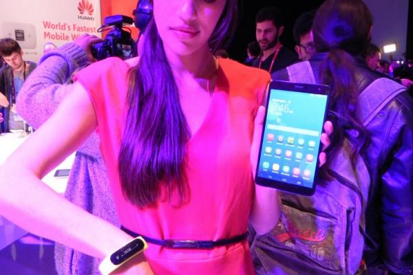 MWC 2014: Huawei TalkBand B1 hands on preview - un accesoriu cochet, o brățară smart reușită (Video)