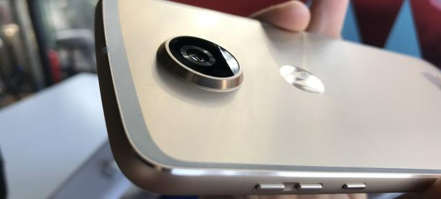 Primele impresii despre Motorola Moto Z2 Play şi noile Moto Mods GamePad şi JBL SoundBoost 2, Turbo Power (Hands on Video)