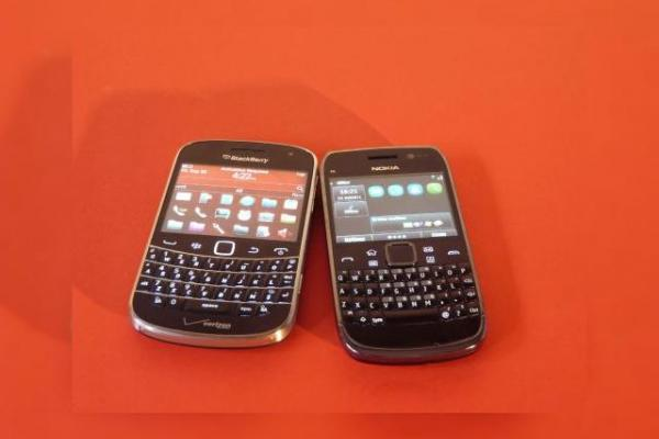 BlackBerry Bold Touch 9930 versus Nokia E6 (Video)