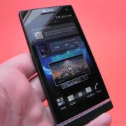 Review Sony Xperia S - Încărcare rapidă, carcasă anti-murdarire și transparență atractivă, plus mici defecte (Video)